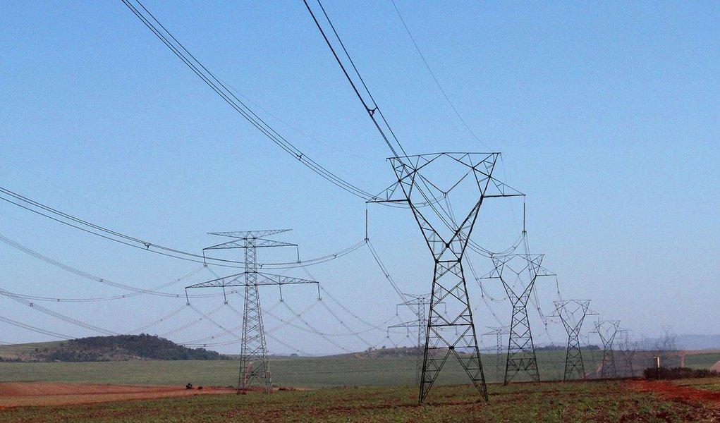 Torre de distribuição de energia elétrica de alta tensã