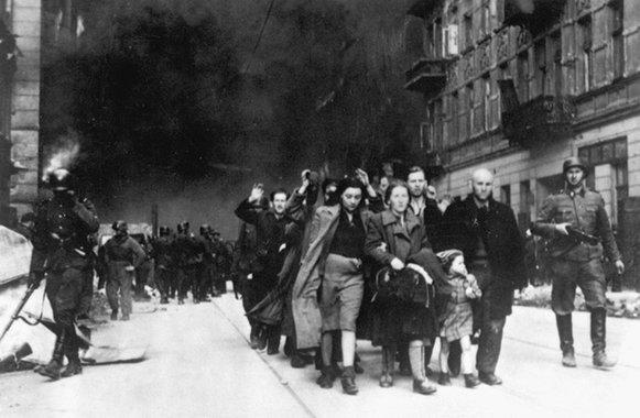 Durante a invasão nazista do Gueto de Varsóvia, moradores são aprisionados e levados a campos de concentraçao