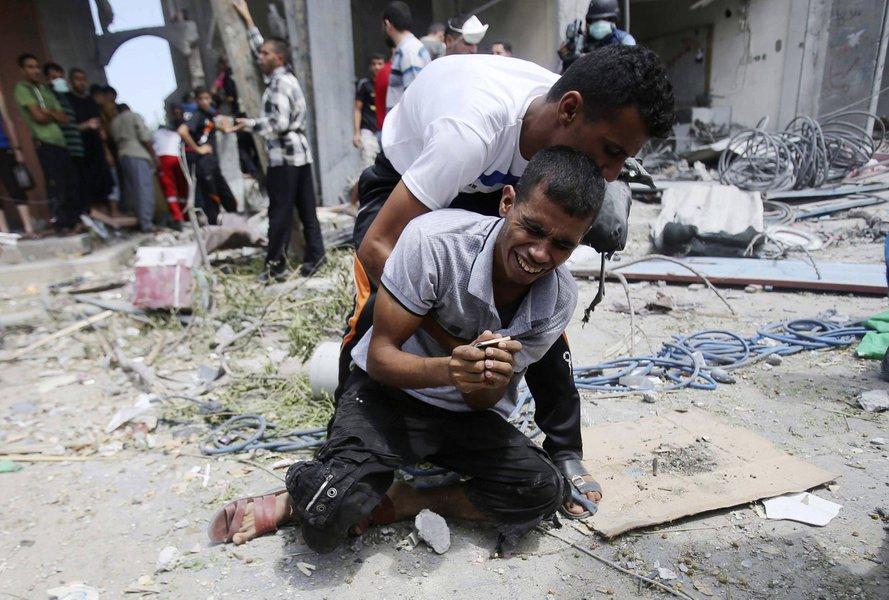 Palestino se desespera depois que corpo da mãe foi encontrado nos escombros de casa que, segundo testemunhas, foi derrubada por ataque de Israel na Faixa de Gaza. 04/08/2014  REUTERS/Ibraheem Abu Mustafa