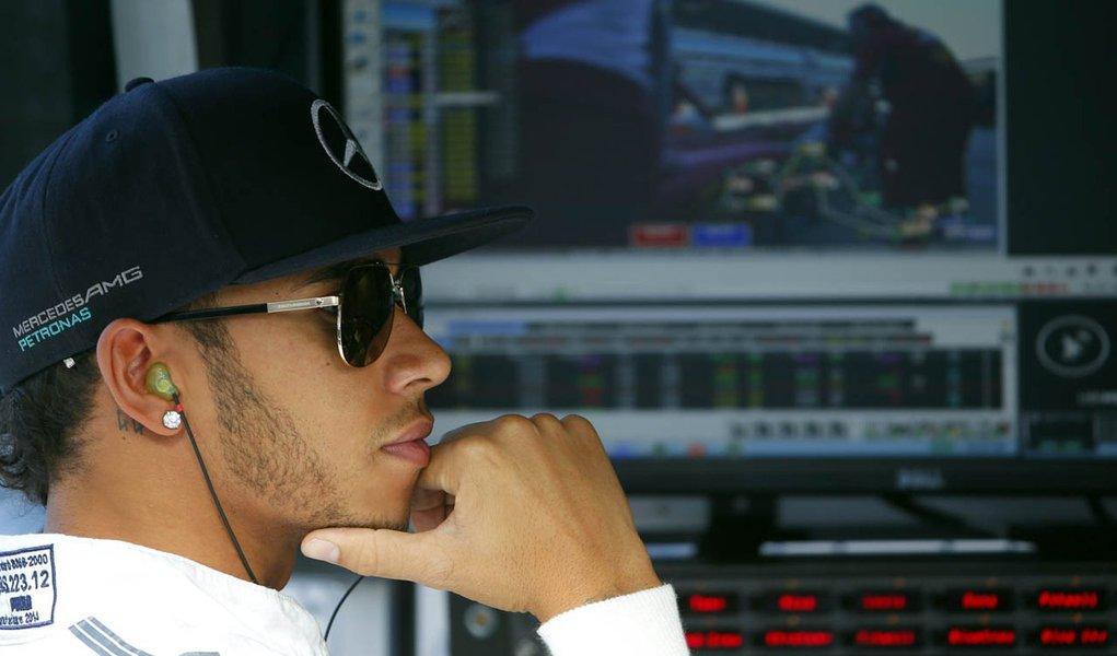 Piloto da Mercedes Lewis Hamilton no pit do circuito de Sochi, durante treino livre para o GP da Rússia. 10/10/2014 REUTERS/Laszlo Balogh