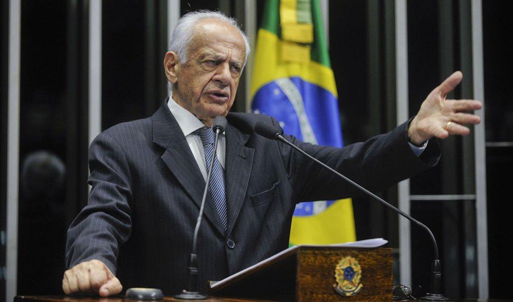 Plenário do Senado Federal durante sessão não deliberativa.   Em discurso, senador Pedro Simon (PMDB-RS).