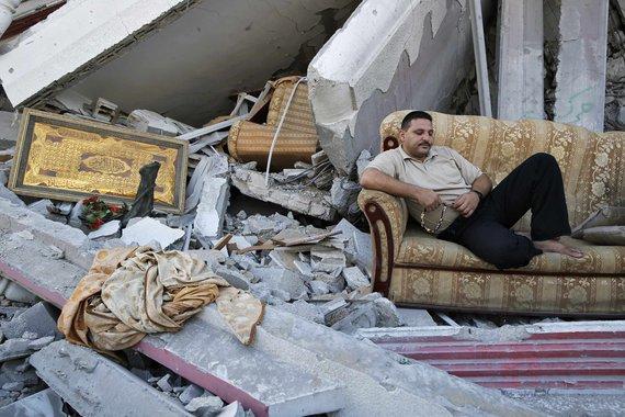 Palestino em meio às ruínas de casas destruídas na Cidade de Gaza. 06/08/2014 REUTERS/Finbarr O'Reilly