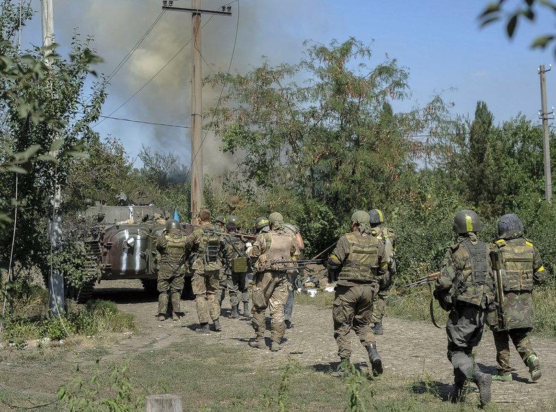 Militares ucranianos durante confronto com separatistas pró-Rússia em cidade do leste da Ucrânia. 26/08/2014 REUTERS/Maks Levin