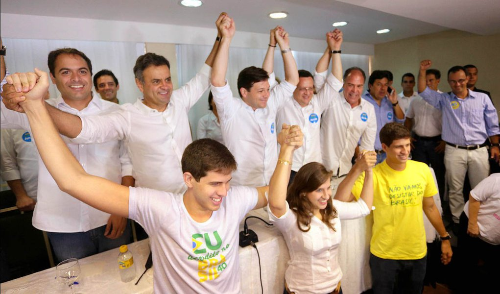O candidato à Presidência da República pela Coligação Muda Brasil, Aécio Neves, recebeu o apoio formal do PSB de Pernambuco, neste sábado (11/10), em Recife (PE), durante encontro com movimentos sociais. Participaram do encontro o governador de Pernambuco