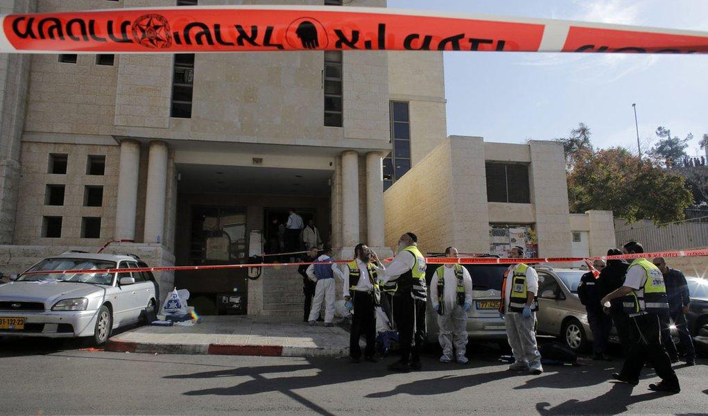 Membros do serviço de emergência de Israeli em sinagoga que foi alvo de ataque em Jerusalém. 18/11/2014 REUTERS/Ammar Awad