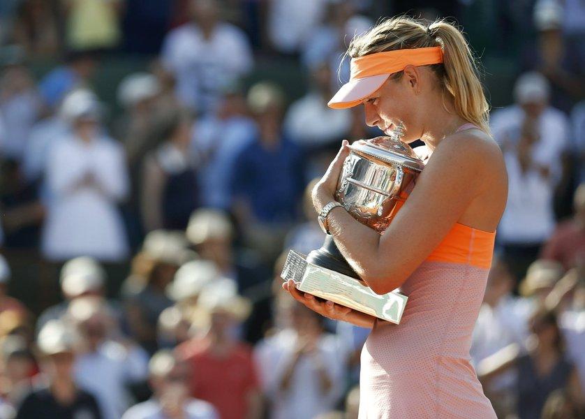 La rusa Maria Sharapova sostiene su trofeo en la ceremonia de premiación tras derrotar a la rumana Simona Halep en la final de mujeres del Abierto de Francia en París el 7 de junio del 2014. REUTERS/Vincent Kessler (FRANCE  - Tags: SPORT TENNIS)
