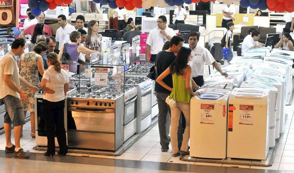 Consumidores negociam em Brasília produtos da linha branca. O IPI reduzido termina neste fim de semana