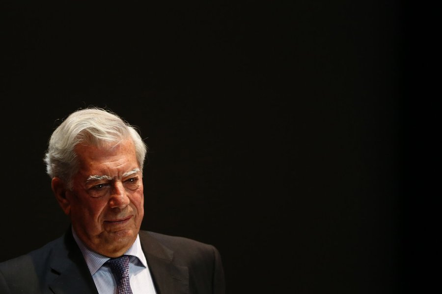 Mario Vargas Llosa, Peruvian writer and recipient of the 2010 Nobel Prize in Literature, attends a forum in support of Venezuela's opposition in Caracas April 24, 2014. REUTERS/Jorge Silva (VENEZUELA - Tags: POLITICS SOCIETY)