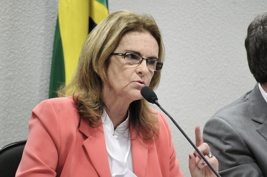A presidente da Petrobras, Graça Foster, fala sobre denúncias de corrupção na empresa, em audiência conjunta das Comissões de Assuntos Econômicos (CAE) e de Meio Ambiente (CMA)