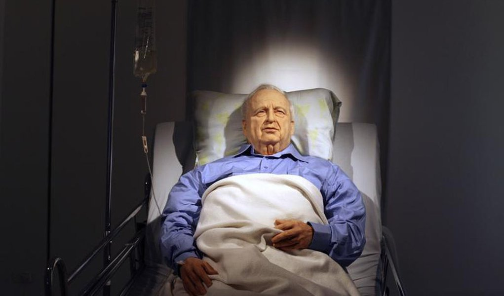 An art installation depicting former Israeli Prime Minister Ariel Sharon lying comatose in a hospital bed is displayed before it's official opening at the Kishon Gallery in Tel Aviv October 18, 2010. Israeli artist Noam Braslavsky created the life-size in