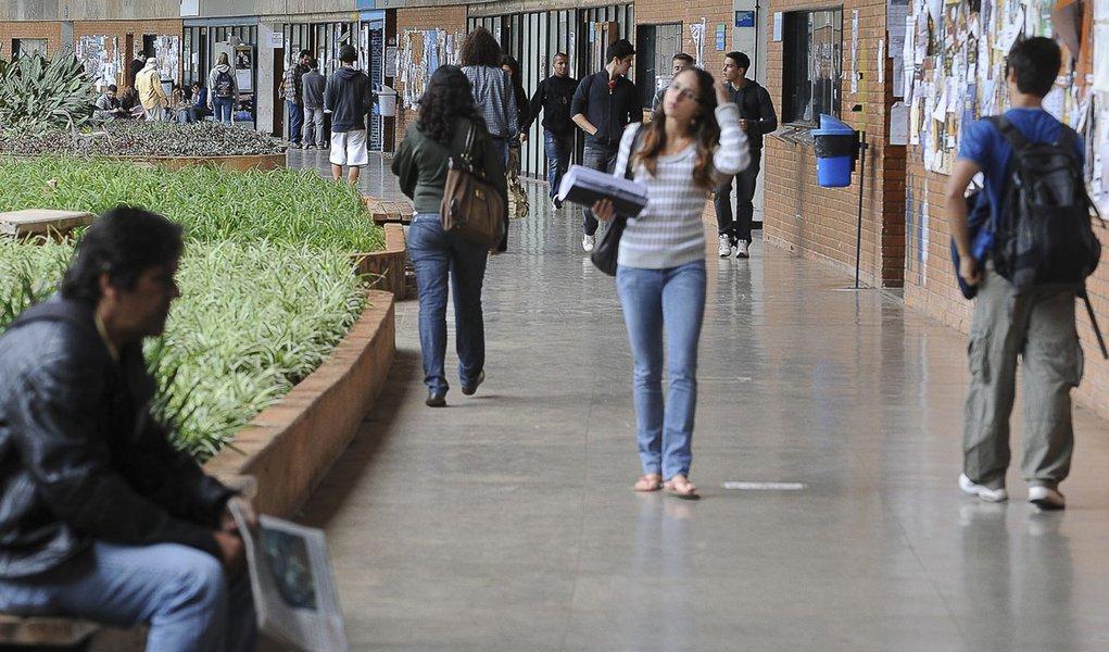 Brasilia - Professores aprovam greve a partir de segunda-feira Decisão foi tomada em assembleia que reuniu 176 professores nesta sexta-feira, 18 de maio, e segue movimento nacional de paralisação que já conta com a adesão dos docentes de 33 universidades
