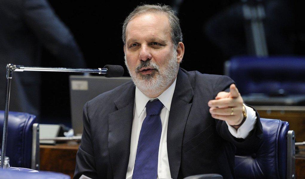 Em aparte, o senador Armando Monteiro (PTB-PE) diz que há segurança no sistema de abastecimento de energia do país