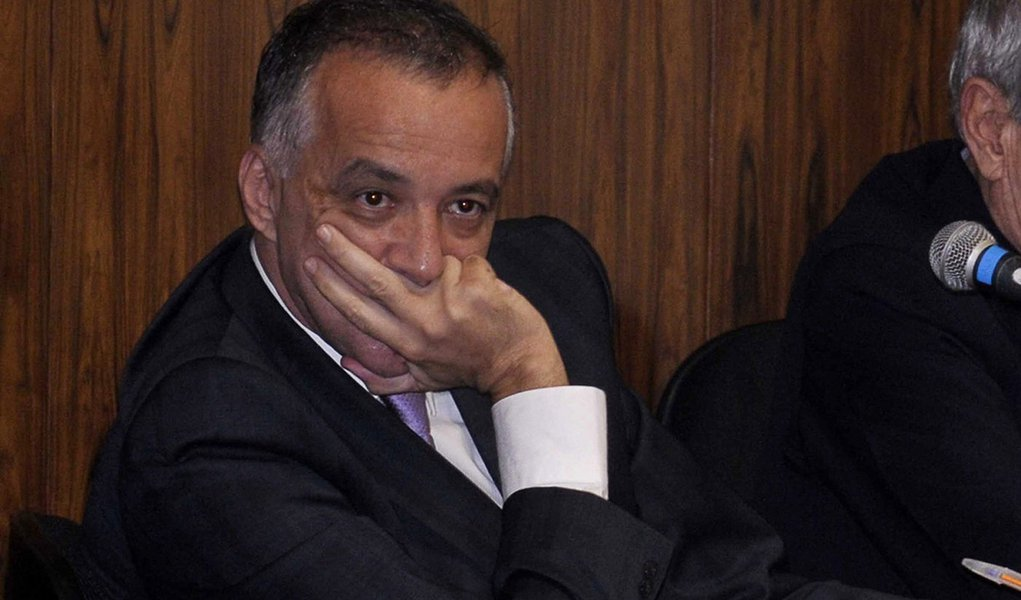 Brasilia - O Empresário envolvido com a exploração de jogos ilegais Carlos Augusto Ramos, o Carlinhos Cachoeira, acompanhado da esposa, Andressa Mendonça, durante depoimento na Comissão Parlamentar Mista de Inquérito que investiga a rede de influência do