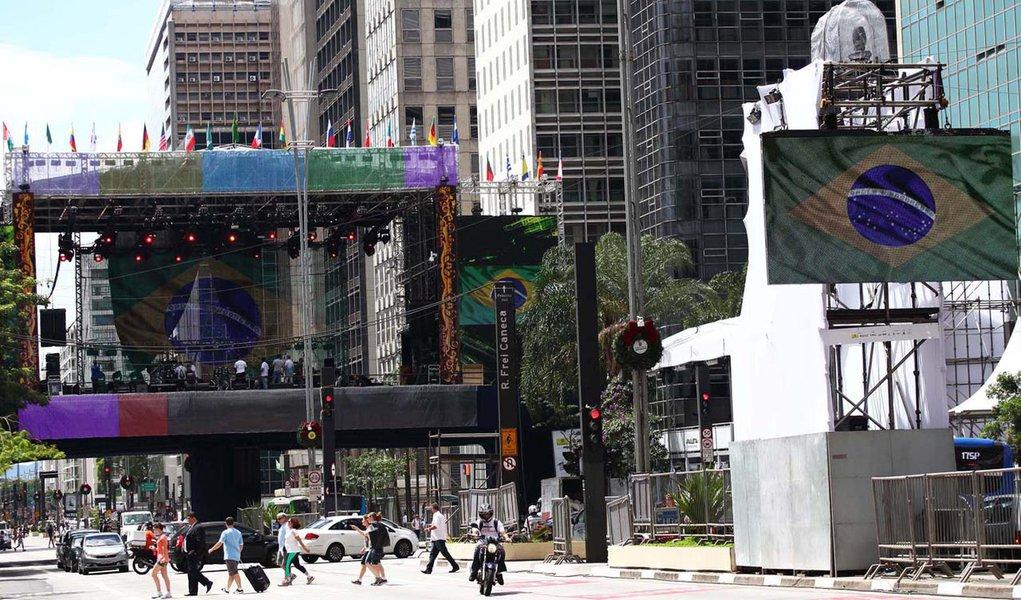 SÃO PAULO,SP,30.12.2013:RÉVEILLON/PAULISTA/TESTES - Teste de som e iluminação nesta segunda-feira (30), no palco da Avenida Paulista em São Paulo, SP, montado para o Réveillon 2014. (Foto: Renato S. Cerqueira/Futura Press/Folhapress)
