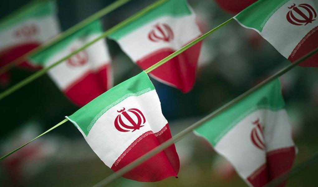 Bandeiras nacionais iranianas são vistas em praça de Teerã em 10 fevereiro do ano passado, um dia antes do aniversário da Revolução Islâmica. 10/02/2012 REUTERS/Morteza Nikoubazl