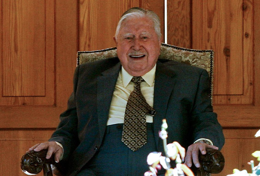 Santiago, CHILE:  (FILES) Former Chilean dictator (1973-1990), Augusto Pinochet, smiles as he watches a crowd of supporters who arrived at his residence in the outskirts of Santiago, to greet him on his 91st birthday on November 25th, 2006. Pinochet has s