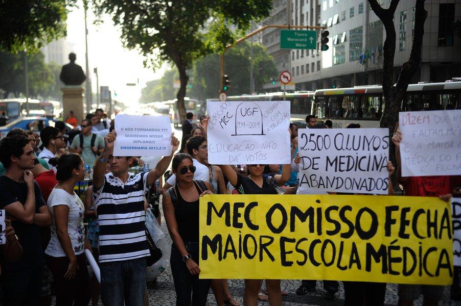 Rio de Janeiro - Alunos da Universidade Gama Filho e da UniverCidade marcham em protesto na Avenida Presidente Vargas, no centro, contra a decição do Ministério da Educação de descredenciar as instituições de ensino controladas pelo Grupo Galileo, que enf