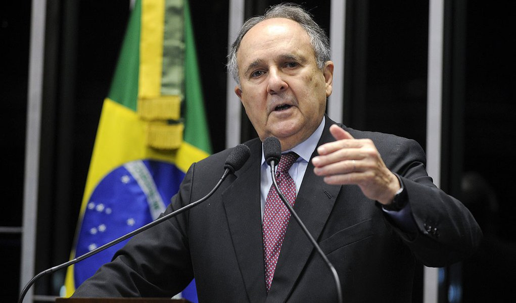 Senador Cristovam Buarque (PDT-DF) critica o corte de R$ 44 bilhões no Orçamento de 2014, anunciado na quinta-feira (20) pelo ministro da Fazenda, Guido Mantega