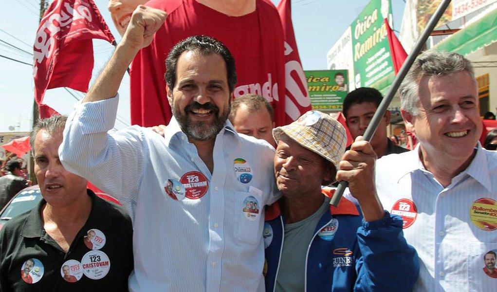 O candidato ao governo do Distrito Federal, pela coligação Um Novo Caminho, Agnelo Queiroz, durante caminhada no Recanto das Emas nesta terça-feira, 18.08. FOTO: SERGIO DUTTI
