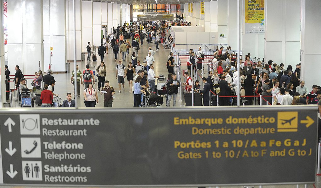 Brasília – O Aeroporto Internacional Juscelino Kubitschek, em está fechado desde as 6h45  em razão da forte neblina que cobre parte da capital federal. A orientação da Infraero é que os passageiros procurem as companhias aéreas para maiores informações s