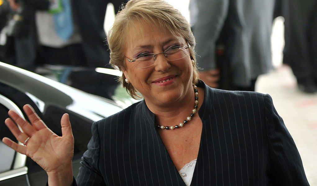Chilean President Michelle Bachelet waves to media representatives as she arrives at Changi Airport in Singapore on November 13, 2009, ahead of the Asia-Pacific Economic Cooperation (APEC) meeting.  Asia-Pacific ministers representing 2.6 billion people p