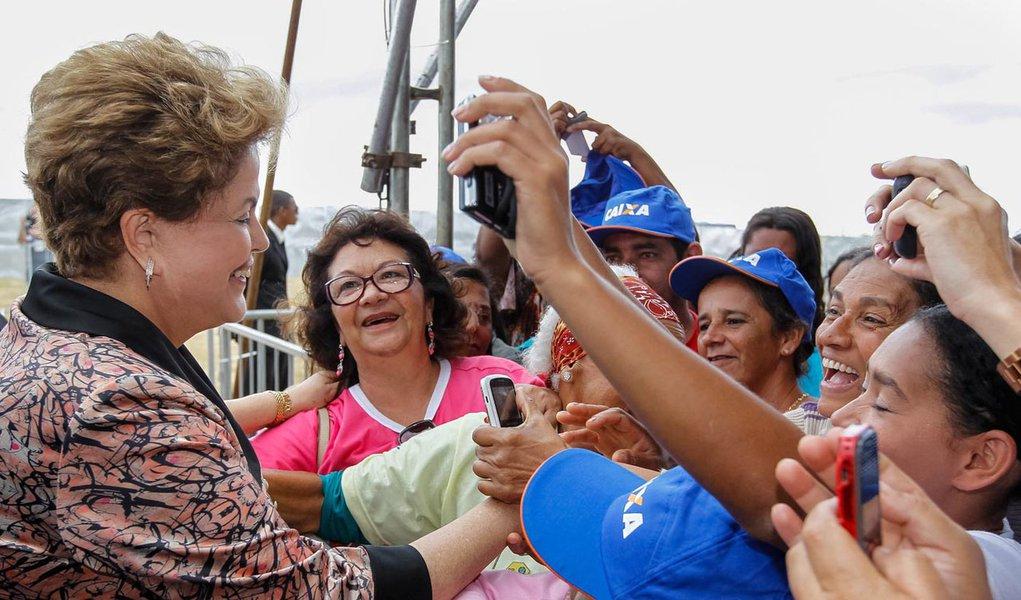 Vitória da Conquista - BA, 15/10/2013. Presidenta Dilma Rousseff durante cerimônia de entrega de 1.740 unidades habitacionais dos Residenciais Acácia, Ipê, Pau Brasil e Jequibitá, do Programa Minha Casa Minha Vida II. Foto: Roberto Stuckert Filho/PR