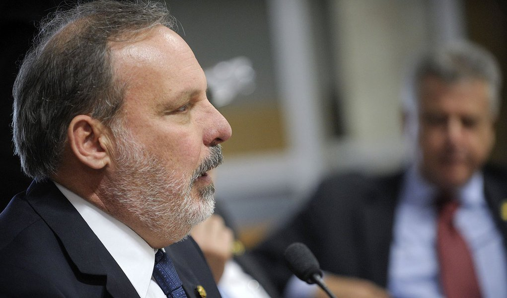 Senador Armando Monteiro (PTB-PE) durante análise da proposta que autoriza a contratação de operação de crédito externo de até US$ 400 milhões para o estado de Pernambuco (MSC 125/2013)