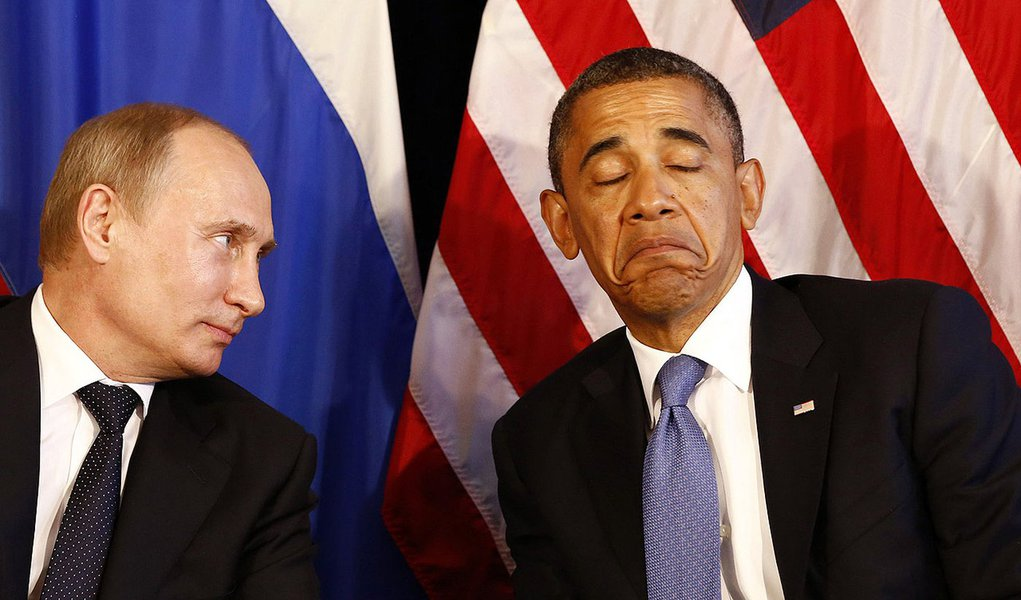 File photo of U.S. President Barack Obama (R) meeting with Russia's President Vladimir Putin in Los Cabos, Mexico, June 18, 2012. Obama cancelled a meeting with Putin planned for next month in Moscow over frustration with Russia's asylum for fugitive inte