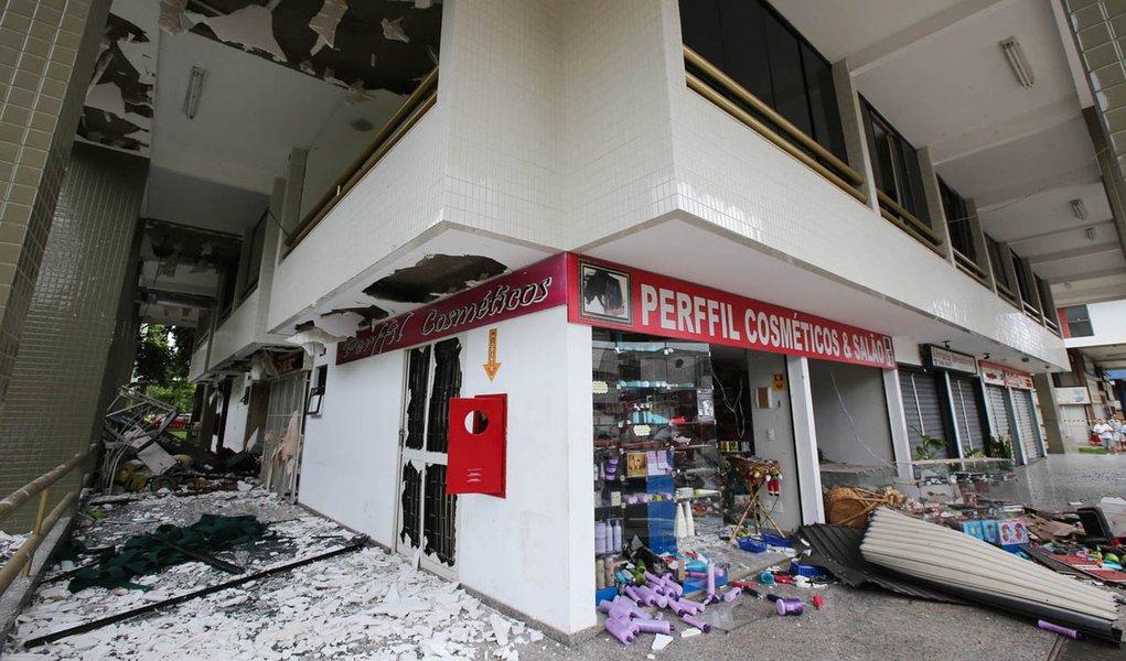 BRASÍLIA, DF, 15.12.2013: EXPLOSÃO EM RESTAURANTE/DF - Um vazamento de gás causou uma explosão na 409 Norte. Três pessoas que passavam em frente ficaram feridas. O restaurante e lojas ficaram destruído, apartamentos que ficam em cima do bloco comercial e