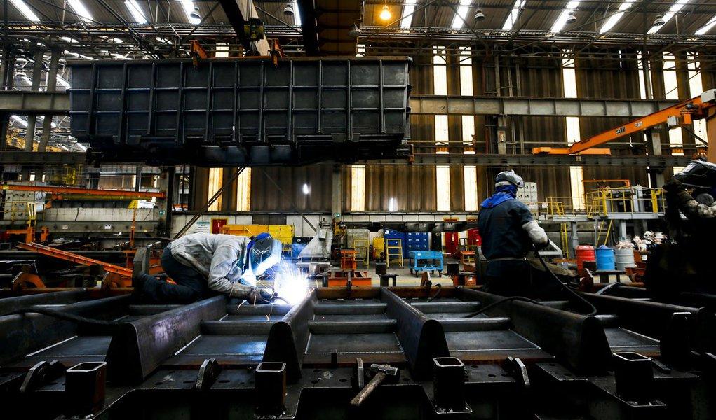 HORTOLANDIA, SP, BRASIL, 26-10-2012, 13h45: Operarios trabalham em setor de solda de base de vagão de trem de carga,  em galpão da empresa AmstedMaxion, uma das empresas do setor ferroviário de Hortolândia, fabricante de trens de transporte de cargas. A r