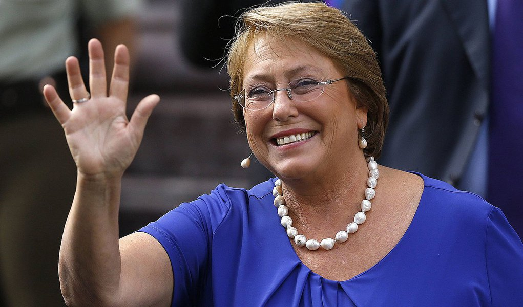 Chile's President-elect Michelle Bachelet waves to the media as she leaves after several meetings with authorities in Santiago March 10, 2014. Bachelet will take office as Chile's president on Tuesday. REUTERS/Cristobal Saavedra (CHILE - Tags: POLITICS)
