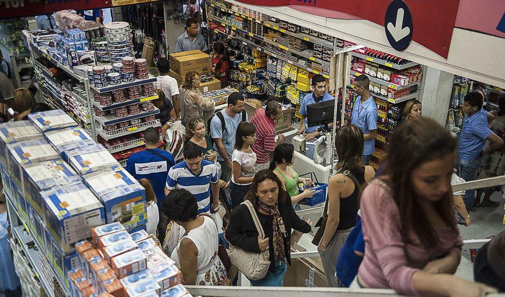 SÃO PAULO, SP, BRASIL,  10-01-2013, 15h30: Grande movimentação para compra de material escolar em loja na rua 25 de Março, em São Paulo. (Foto: Marcelo Camargo/ABr)