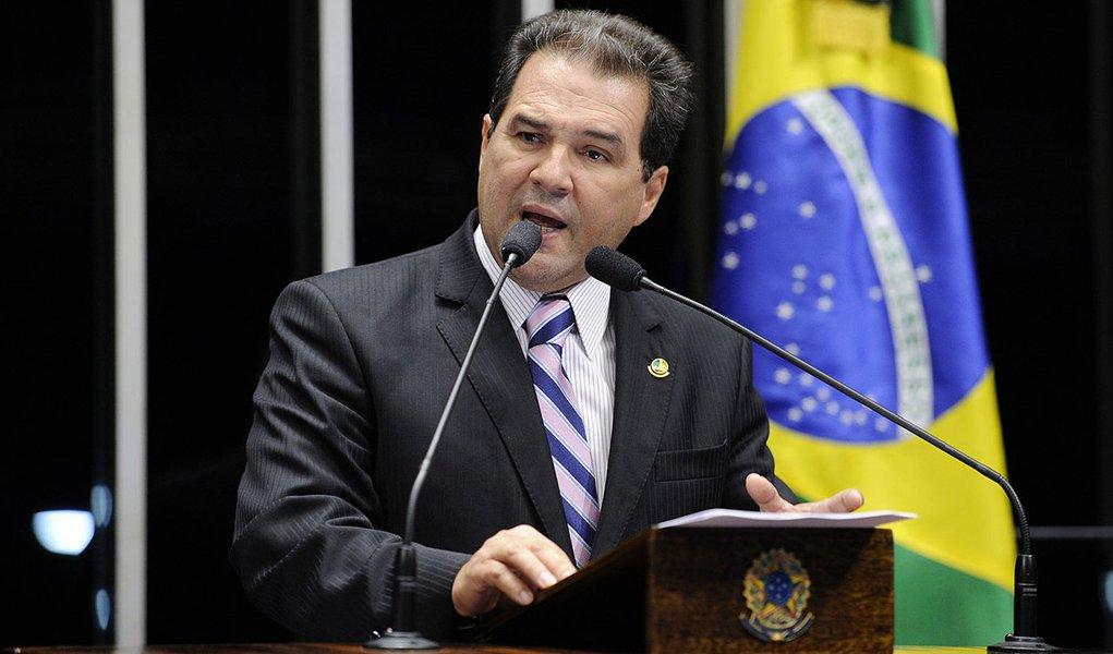Senador Eduardo Lopes (PRB-RJ) comemora promulgação da emenda que beneficia médicos militares