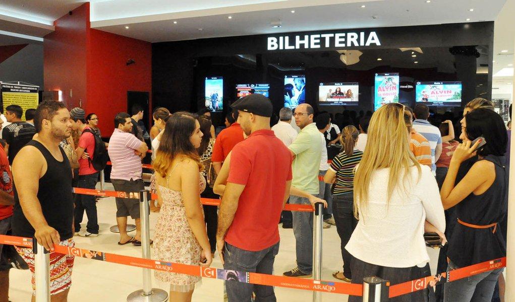Rio Branco- Acre/ 04-01-2012, 12h VIA VERDE SHOPPING.Acreanos visitam habitualmente o shopping durante almoço e fazem compras durante passeio.Foto Victor Augusto/Folhapress/