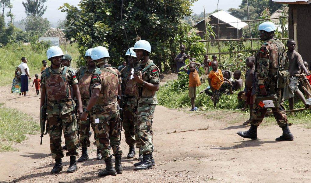 Soldiers from the United Nations intervention brigade exchange information next to a village during a patrol in Virunga National Park in the Democratic Republic of Congo, December 17, 2013. REUTERS/Kenny Katombe (DEMOCRATIC REPUBLIC OF CONGO - Tags: CIVIL