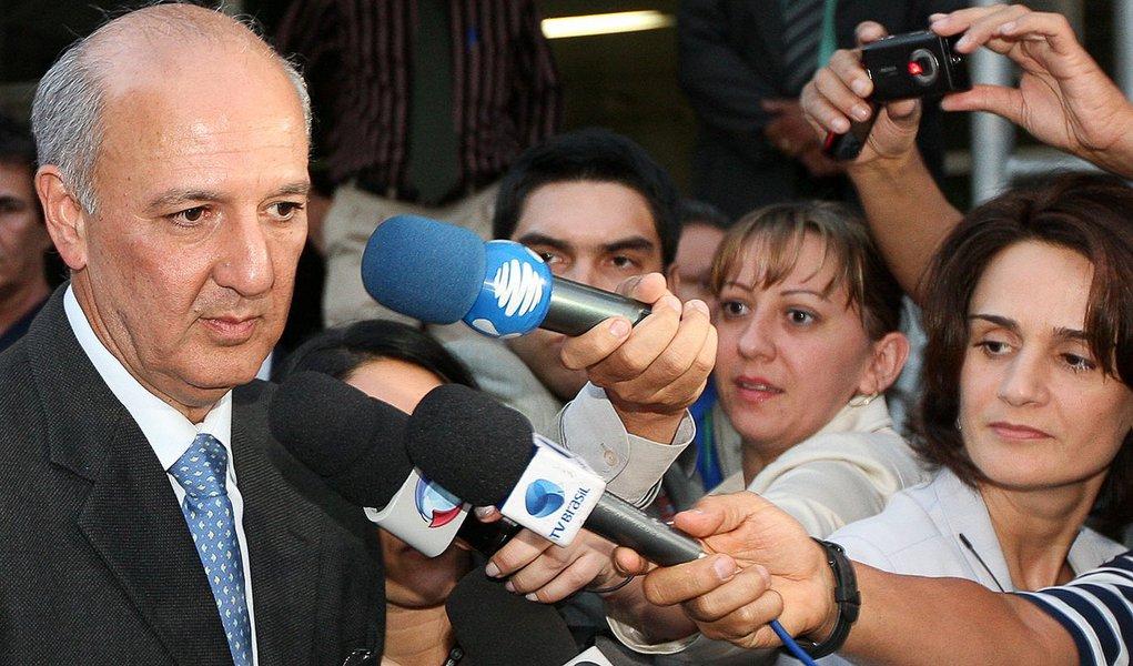 BRASÍLIA, DF, BRASIL 06-05-2010  17h50: Ex-governador Jose Roberto Arruda saindo do Forum da Justiça Federal, após depor sobre o escandalo de violação do painel de votação do Senado Federal em 2001. Politica. Foto: Alan Marques / Folha imagem.