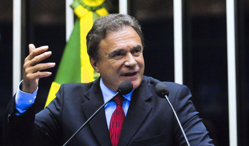Em pronunciamento na tribuna do Senado, senador Alvaro Dias (PSDB-PR).