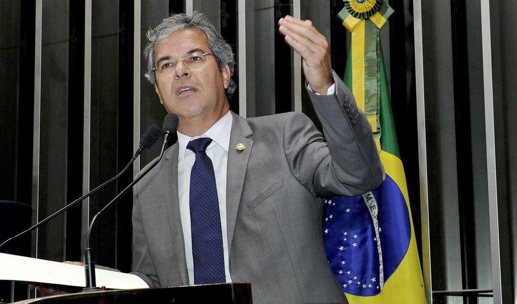Senador Jorge Viana (PT-AC) defende iniciativa do governador do Acre, Tião Viana (PT), de facilitar o transporte dos imigrantes haitianos que chegam ao estado e procuram parentes e oportunidades em outras regiões do país