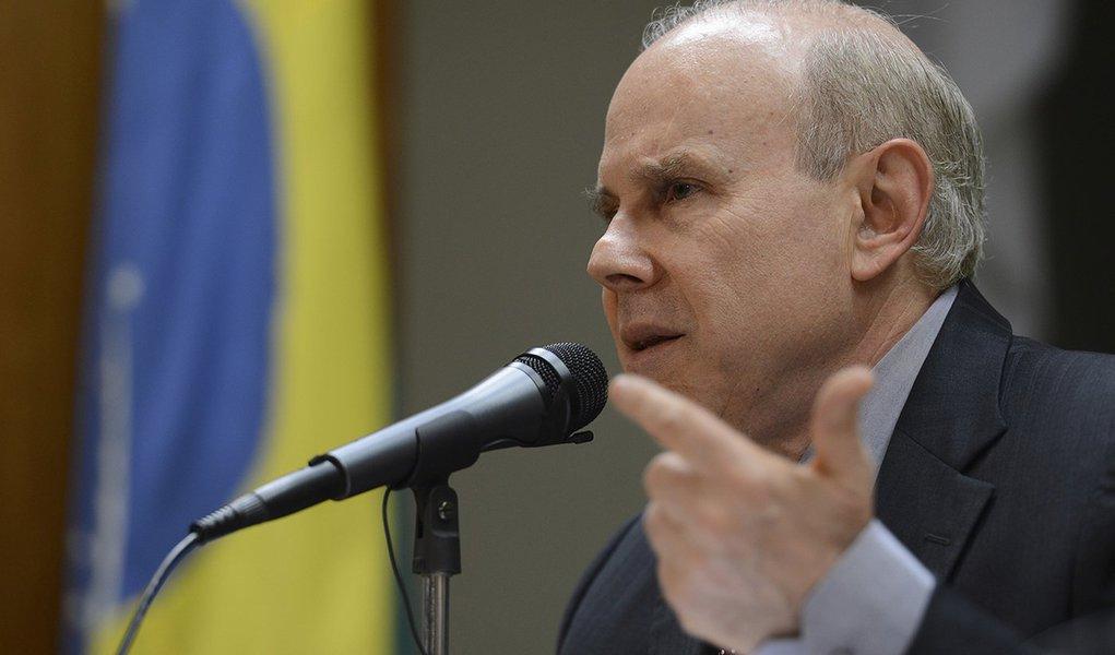 Brasília - O ministro da Fazenda, Guido Mantega, durante entrevista,  anuncia redução do imposto de importação para mais de cem produtos