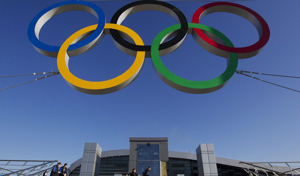 """The Olympic rings are on display in front of a newly-built railway station """"Adler"""" in the Black Sea resort city of Sochi, December 24, 2013. REUTERS/Maxim Shemetov (RUSSIA - Tags: SPORT OLYMPICS BUSINESS CONSTRUCTION TRANSPORT)"""