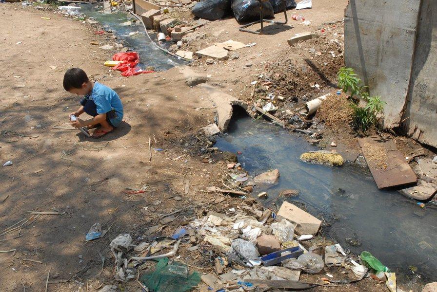 População das favelas sofre com a falta de saneamento