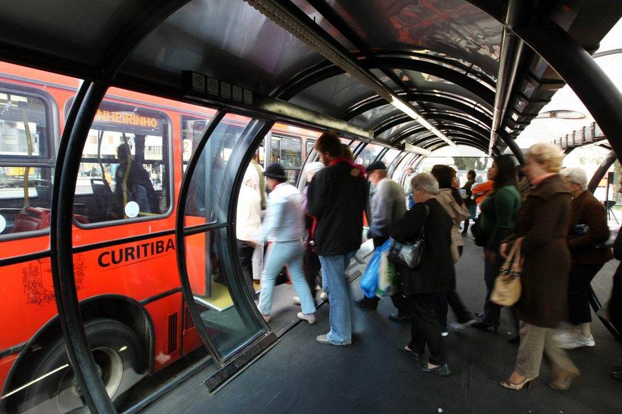 O transporte coletivo urbano é a melhor opção para quem segue à Rodoferroviária de Curitiba neste feriado. A tarifa integrada tem o preço único de R$ 2,60. Foto: Maurilio Cheli/SMCS (arquivo)