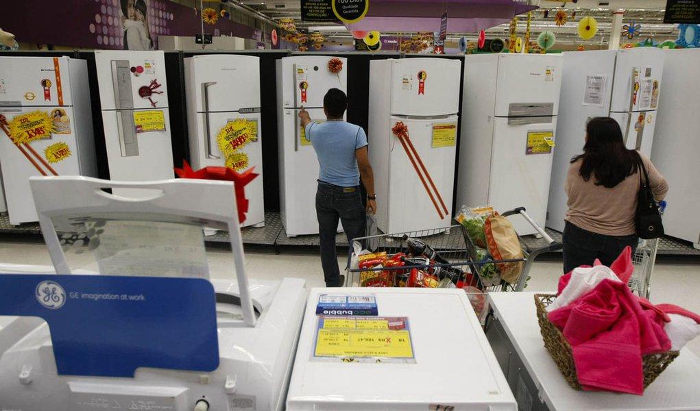 SÃO PAULO, SP, BRASIL, 03-12-2011, 11h00: Consumidores conferem produtos em loja da rede Walmart, em São Paulo (SP), após redução do IPI (Imposto sobre Produtos Industrializados). O governo anunciou em 1º de dezembro de 2011 um pacote de redução de tribut