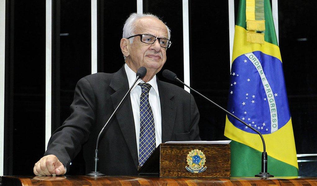 Senador Pedro Simon (PMDB-RS) cobra explicações do Ministério da Saúde sobre contrato firmado entre a Fundação para o Remédio Popular e as empresas Medtronic e SCI Tech, fornecedoras de marcapassos e stents coronários e arteriais