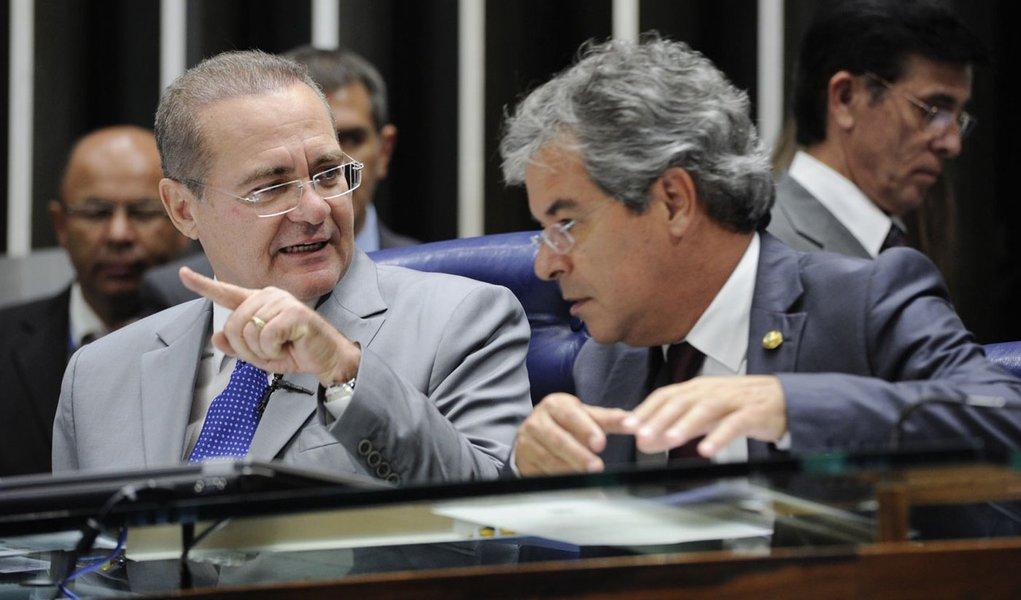 (E/D) Senadores Renan Calheiros (PMDB-AL), presidente do Senado, e Jorge Viana (PT-AC) durante discussão sobre os questionamentos feitos pelo PT e pelo PSDB aos requerimentos de criação da CPI da Petrobras