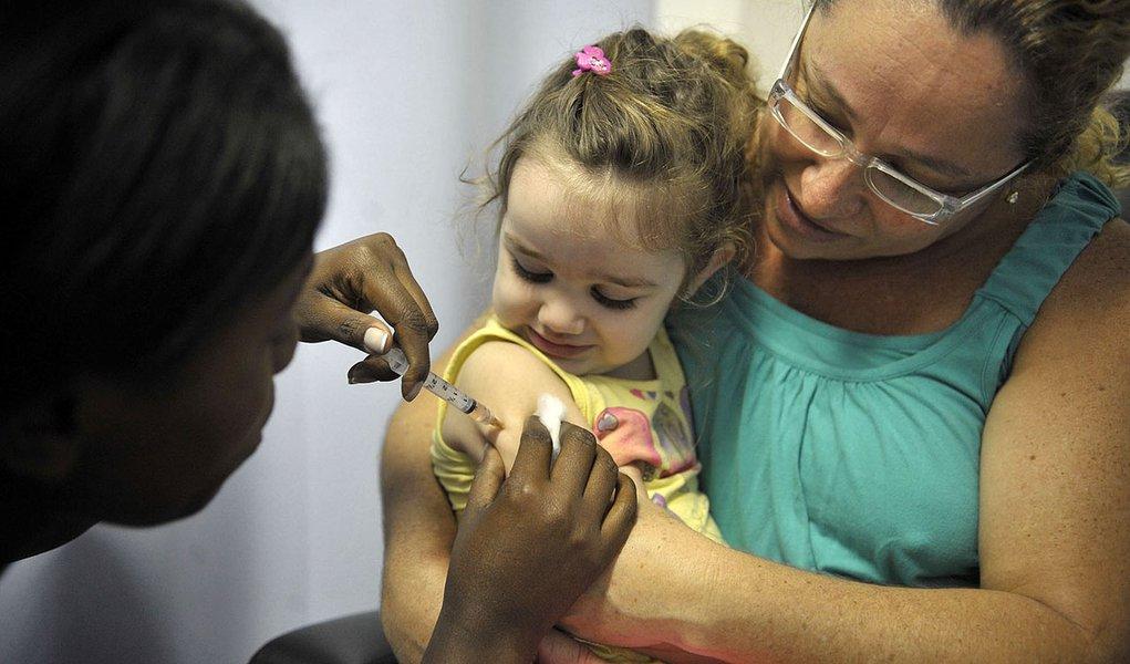 Rio de Janeiro - Secretaria Municipal de Saúde (SMS) promove o dia D de mobilização da Campanha de Atualização da Caderneta de Vacinação. Três mil profissionais atuam em 215 unidades básicas de saúde. Crianças foram vacinadas no Posto de Assistência Média