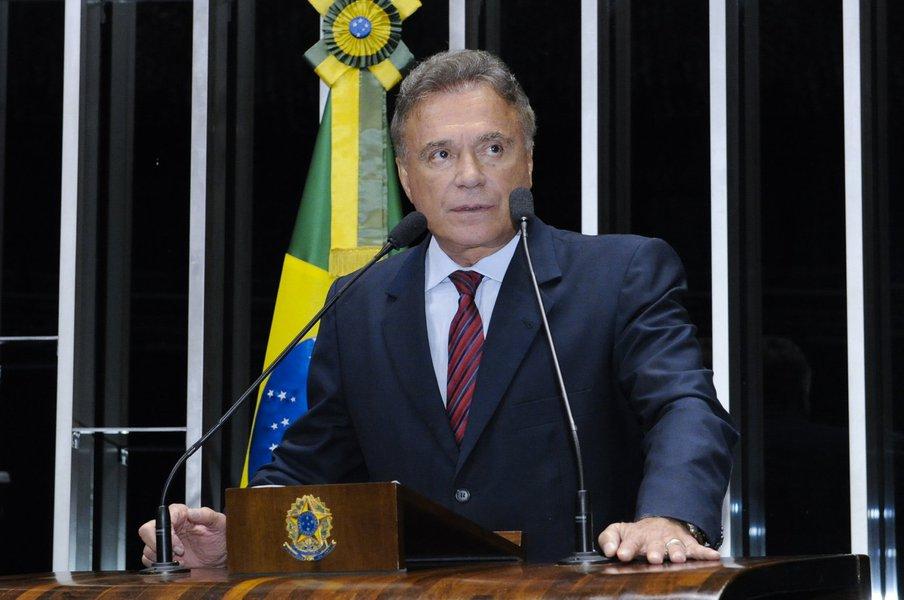 Senador Alvaro Dias (PSDB-PR) alerta para a possibilidade de uma invasão promovida por integrantes do Movimento dos Trabalhadores Rurais Sem Terra na área da empresa Araupel, em Quedas do Iguaçu, no Paraná