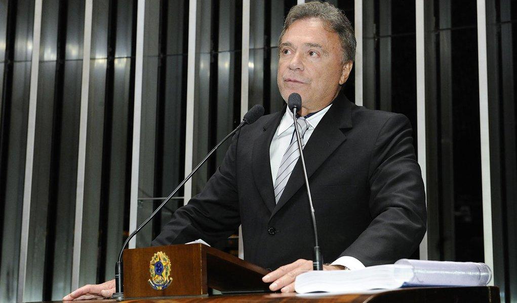 Senador Alvaro Dias (PSDB-PR) lamenta que projeto de lei de sua autoria que acaba com o sigilo em empréstimos concedidos a outros países não tenha sido votado nesta quinta-feira (29) pela Comissão de Relações Exteriores e Defesa Nacional