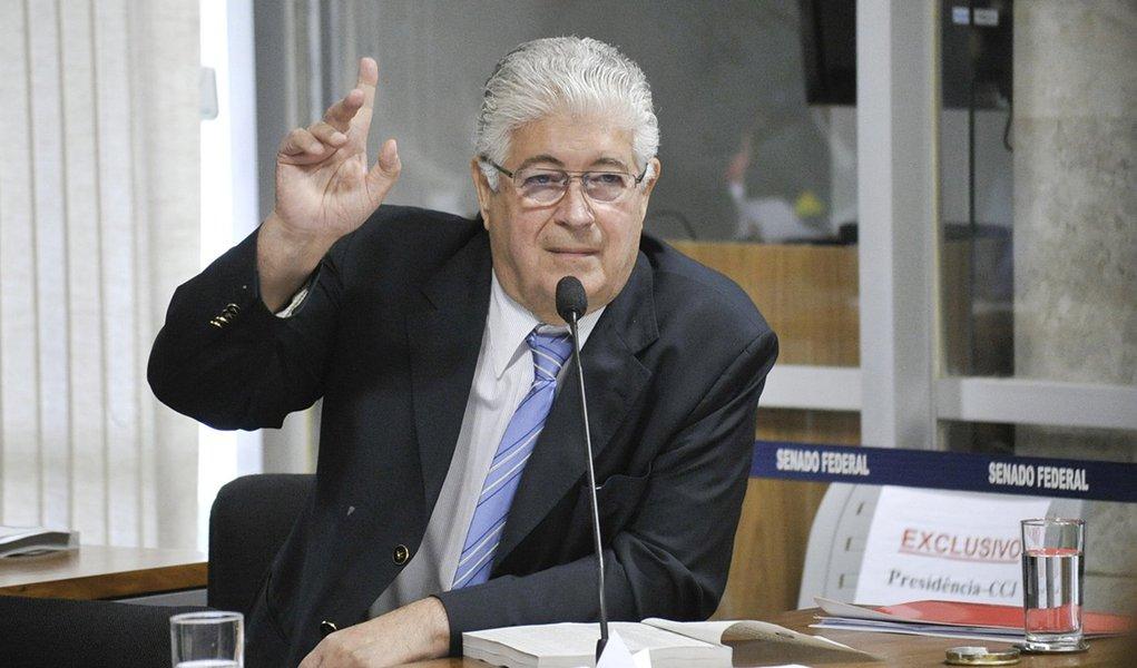 Senador Roberto Requião (PMDB-PR) apresenta substitutivo a projeto de lei (PLS 60/2012) proibindo doações de empresas em dinheiro, ou por meio de publicidade, a candidatos e partidos políticos