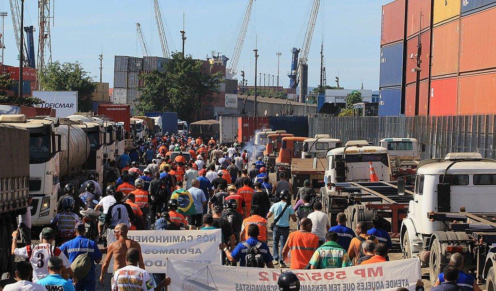 Paralisação deixa 13 navios parados em Santos